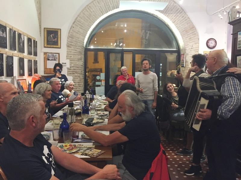L'Intrepida | La cena con gli amici della Transumanza in Bici | L'Intrepida | foto interna cena 3